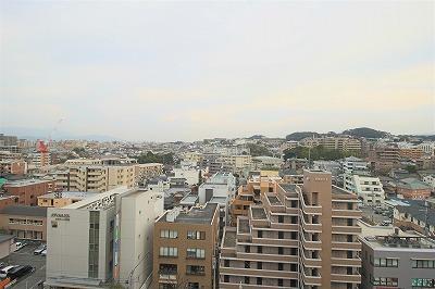 バルコニーから撮影した眺望は遠くに山を望みます。