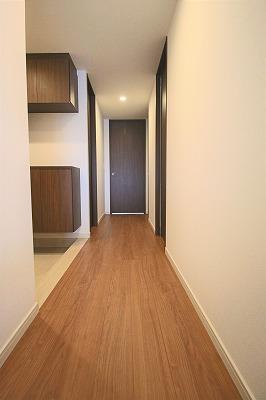 玄関と廊下と下足入れ。