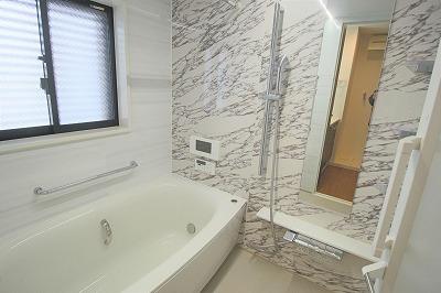 小窓付きの浴室写真